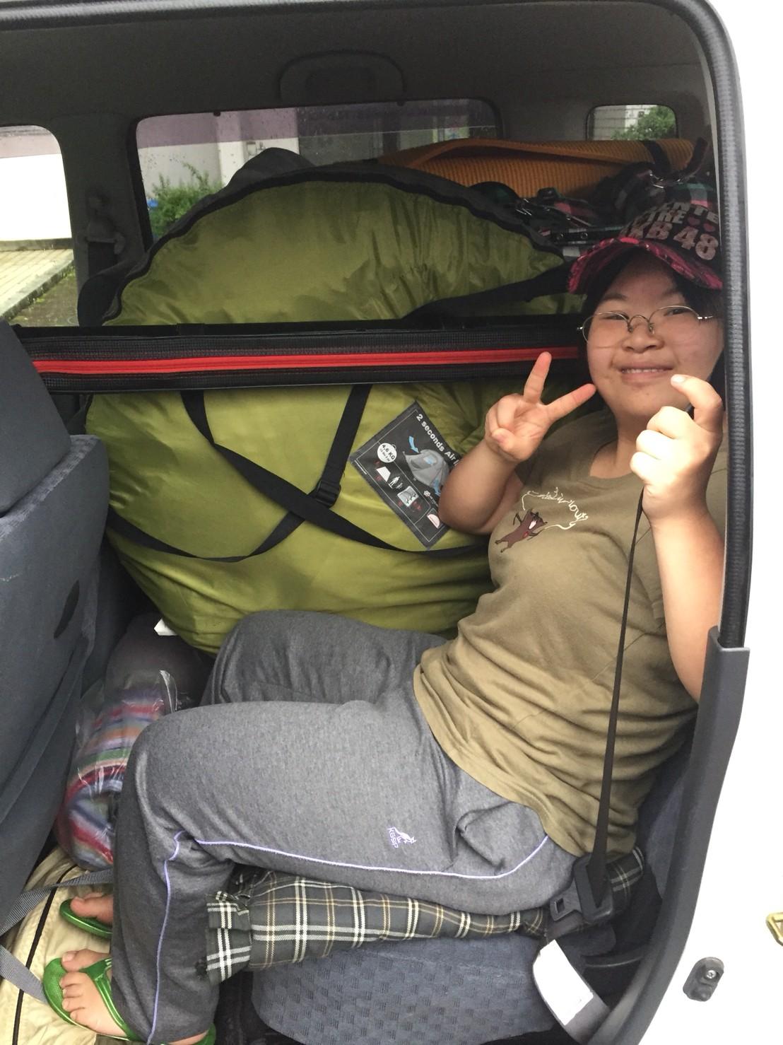 車に荷物を積み込み開いたスペースにらぶりん