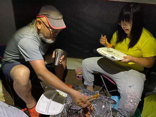 真鶴キャンプ場テント内で食事