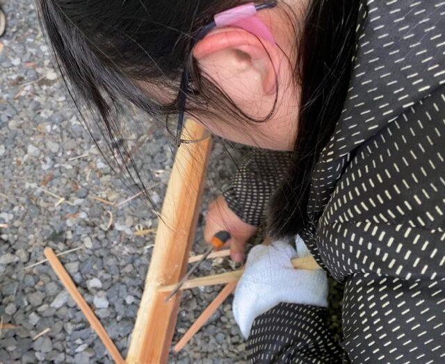 魚の串作り木を彫ナイフで細く割る