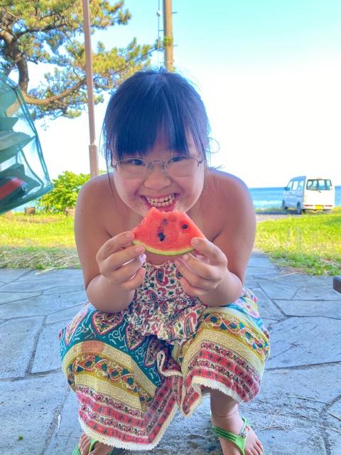 島のスイカを食べる